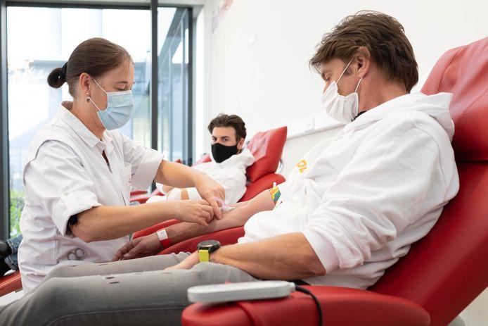 Koen Wauters en Joris Brys (StuBru) doneren plasma aan het Rode Kruis en helpen zo het onderzoek naar behandeling tegen Covid-19.