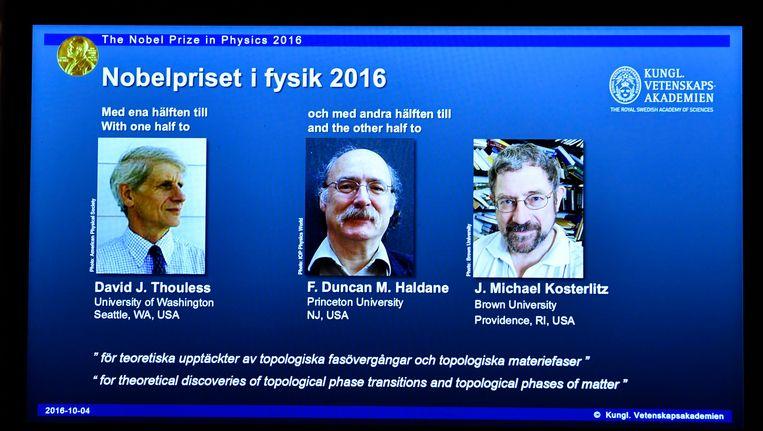 De Britse wetenschappers David Thouless, Duncan Haldane en Michael Kosterlitz wonnen dit jaar de Nobelprijs voor de Natuurkunde. Beeld EPA