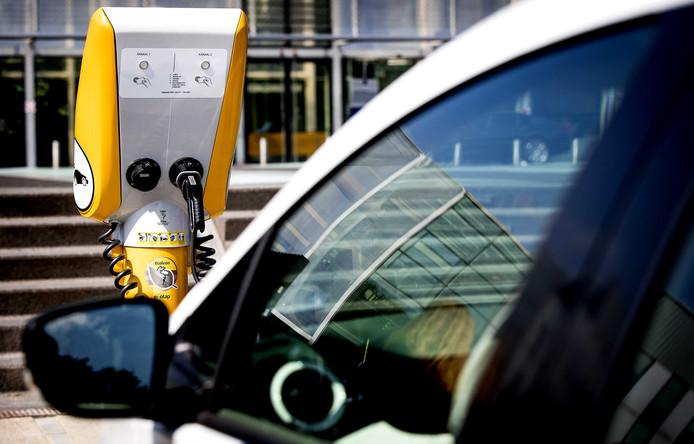 Een elektrische auto van Rijkswaterstaat aangesloten op een laadpraatpaal.