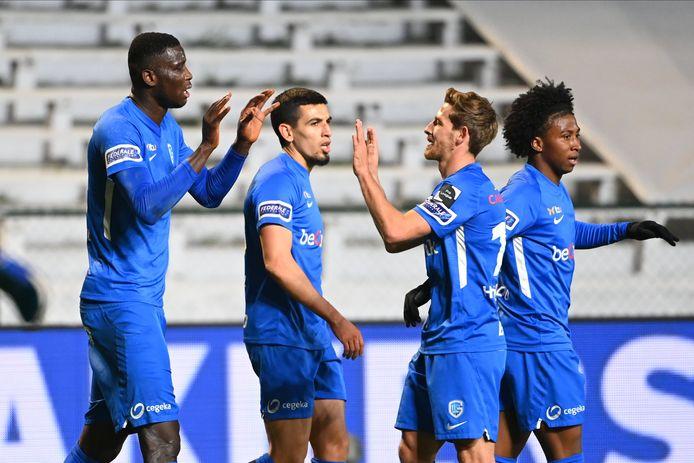 """Felicitaties voor Paul Onuachu na een van zijn treffers tegen Antwerp. De Nigeriaanse spits van Genk werd na zijn tweede treffer uit voorzorg - """"ik had een beetje last van de knie"""" - naar de kant gehaald."""