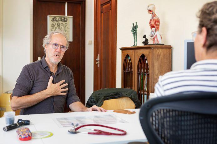 Een oudere patiënt legt aan een huisarts uit wat zijn klachten zijn. De doelgroep van het consultatiebureau voor ouderen dat in Gorinchem dit voorjaar start, komt juist zelden bij de huisarts. (foto ter illustratie)