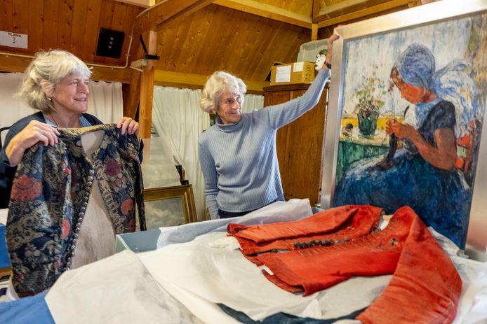 Jacqueline Paasche (l) en Maxi Joustra zoeken op de zolder van het Museum Veere naar mooie stukken uit het depot  die ze tentoon kunnen stellen.