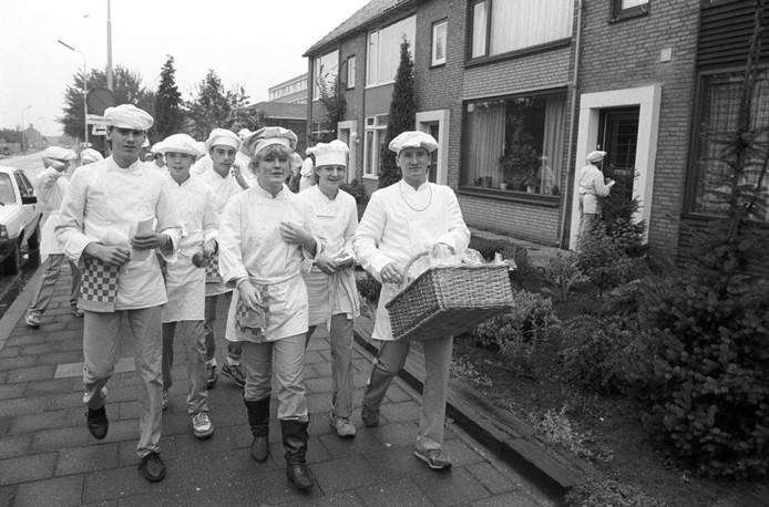 In 1987 gaan leerlingen van een bakkersopleiding de straat op om brood uit te delen. Was u erbij? Herkent u de leerlingen? Waar was het en waarom gebeurde dit? We kijken uit naar uw reacties.