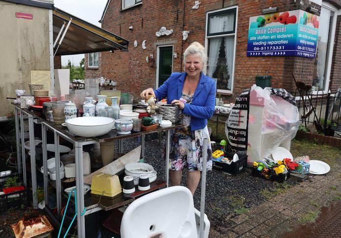 Anita Compiet moet alle spullen, die zijn uitgestald op haar erf, voor 15 oktober hebben opgeruimd.
