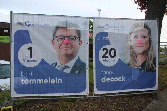 Neuzen Van Quickenborne en Tommelein reuze gekleurd op verkiezingspaneel