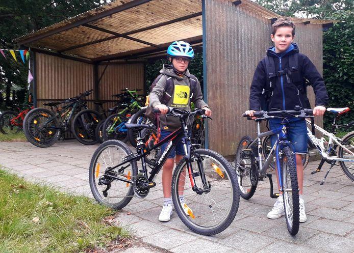 Lars en Loic komen met de fiets aan op school