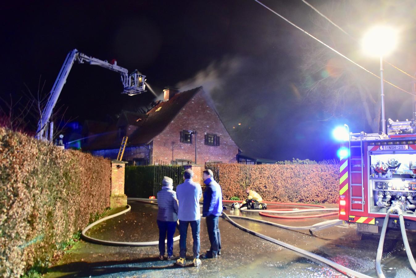 De brandweer zette de grote middelen in om de brand te bestrijden in de villa langs de Pollepelstraat in Geluwe.
