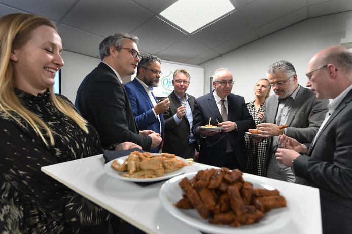 Burgemeester en wethouders op werkbezoek bij Ojah in Ochten. Directeur Frank Giezen (derde van links) proeft lekker mee