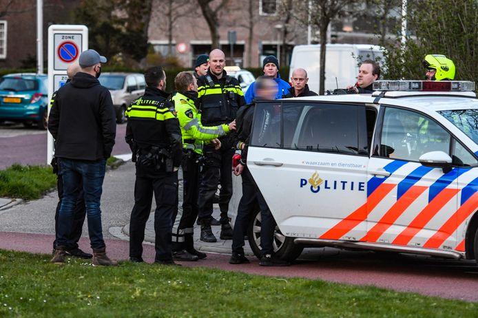 Aan de Hoflaan in Alphen heeft de politie vanavond een man gehouden.