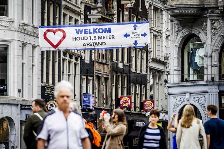 Winkelend publiek in Amsterdam. De financiële steun voor bedrijven die last hadden van de coronamaatregelen stopt per 1 oktober.  Beeld ANP