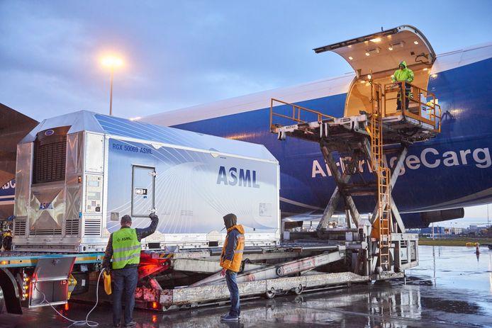 Containers van ASML worden het vliegtuig in getild.