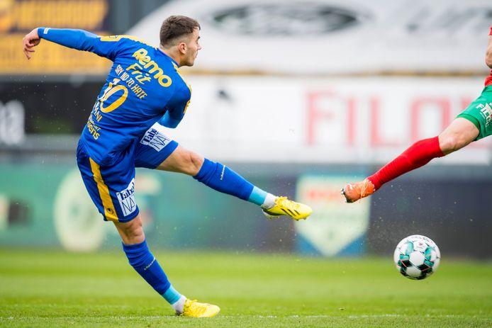 Danel Sinani scoort het openingsdoelpunt voor Waasland-Beveren op bezoek bij KV Oostende.