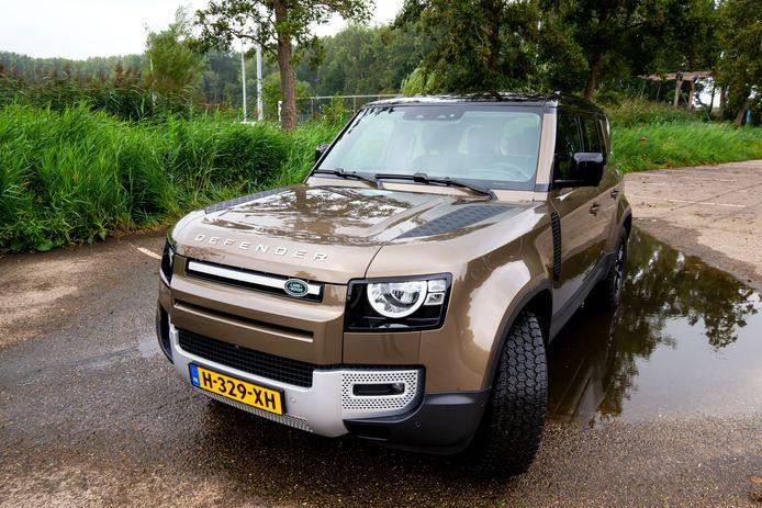 Met de riante Land Rover Defender kun je zowel op de weg als in het terrein goed uit de voeten.