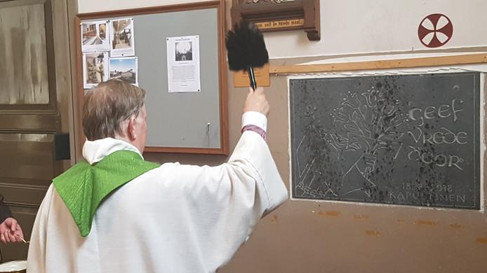 De gedenksteen achter in de kerk werd gezegend