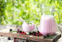 Maak je smoothie gezonder door yoghurt of (soja)melk toe te voegen en drink ze meteen op na het maken.