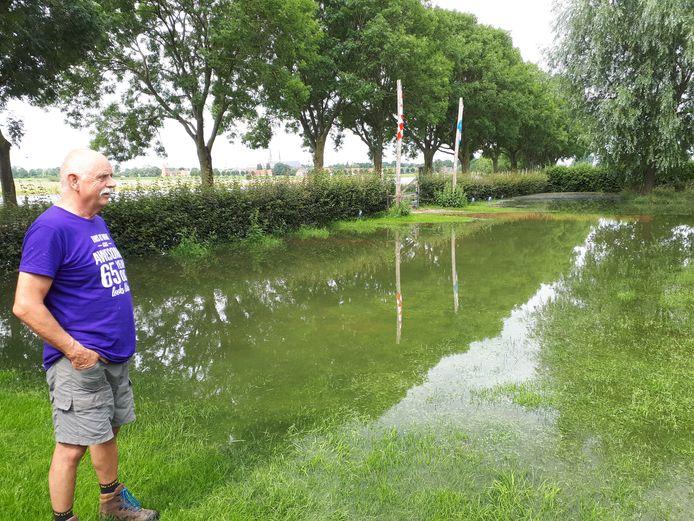 Ed Steiger overziet zijn overstroomde campingterrein aan de Rulstraat in Megen.