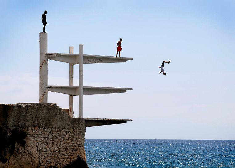 Aan de kust bij Nice, Frankrijk, duiken vanaf een platform de Middellandse Zee in. Nice is een van de meest populaire toeristische bestemmingen van Frankrijk Beeld EPA