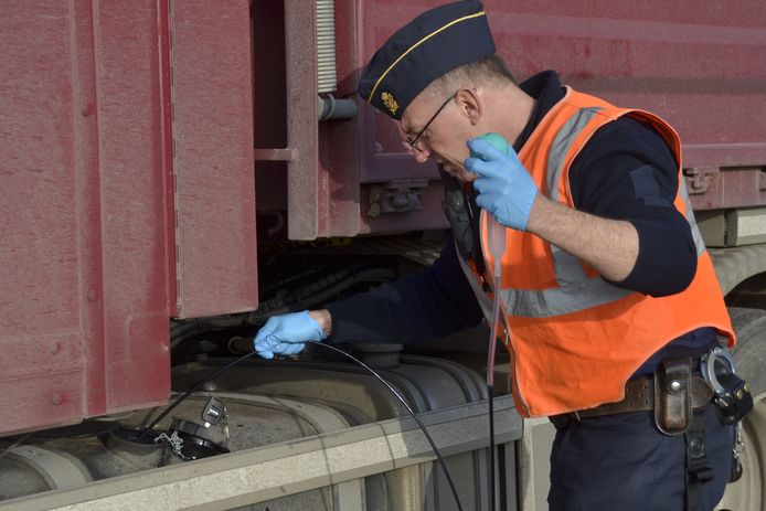 De douane controleert of de vrachtwagens wel op normale diesel rijden en niet op accijnzenvrije rode diesel.