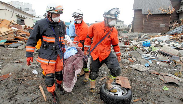 Ook vandaag worden er nog overlevenden onder het puin vandaan gehaald. Beeld epa
