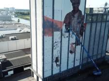 Op 50 meter hoogte werkt Miel (37) aan zijn monsterklus: een gigantische schildering op een Lochemse silo
