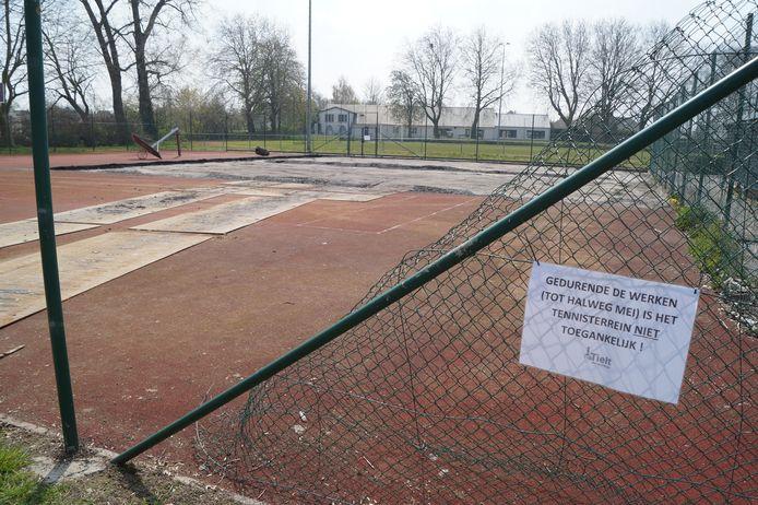 Een deel van het tennis-en basketterrein naast de piste wordt omgeturnd tot padelvelden