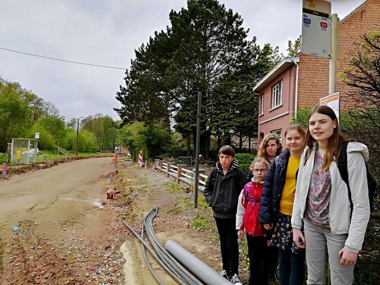 Lore (rechts) en enkele scholieren bij de opgeschorte bushalte van Beurt.