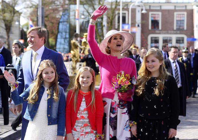 De koninklijke familie arriveert in Zwolle.