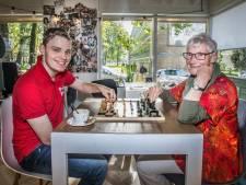Schaaktafels door de hele wijk, dat is de droom van Gonnie van der Horst (83): 'Wie schaakt, blijft leren'