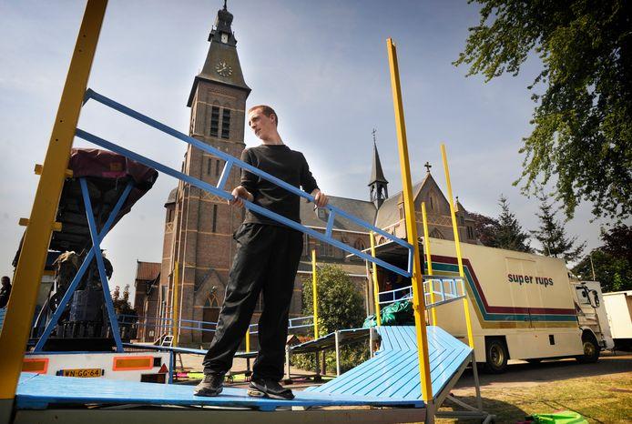 Een medewerker van de Superrups is bezig met het opbouwen van de kermis in Mariaheide (2011).