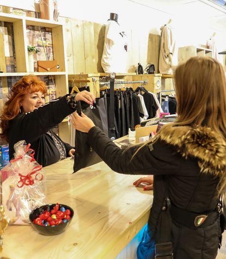 Wanhopige Bert gooit ten einde raad zijn modewinkel in Apeldoorn open: 'Laat de boa's maar komen'