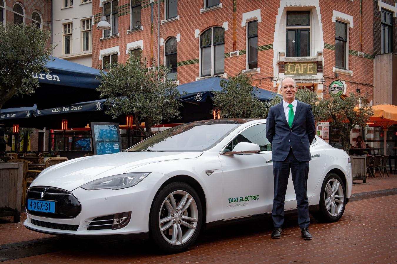 Groene ondernemer Richard Thijssen met zijn e-taxi in de Molenstraat waar Citax jarenlang zat.