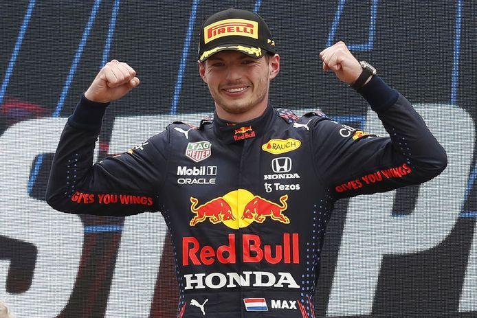 Max Verstappen straalt op het podium na zijn overwinning in Frankrijk.