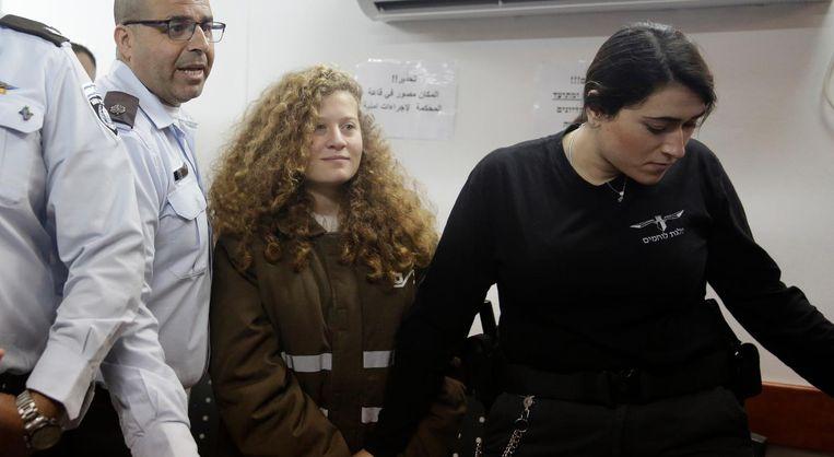 Ahed Tamimi wordt in januari naar een rechtszaal gebracht in de Ofer-gevangenis bij Jeruzalem. Vandaag begint het proces tegen haar. Beeld ap
