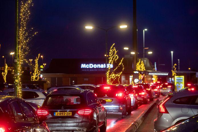 File voor de McDrive van McDonald's in Veenendaal.