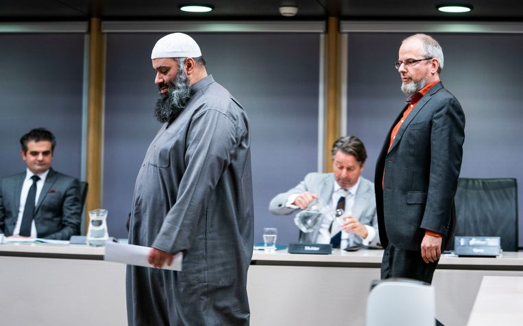 Suhayb Salam, bestuursvoorzitter en geestelijke leider van de Stichting alFitrah, en Arnoud van Doorn tijdens de openbare verhoren van de parlementaire ondervragingscommissie.  Beeld Freek van den Bergh / de Volkskrant