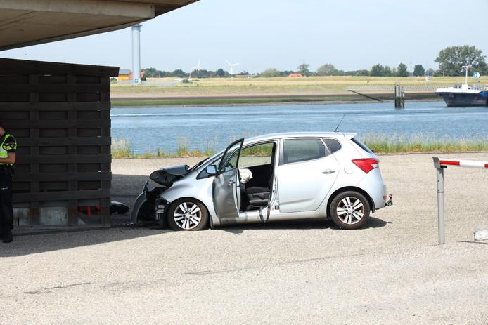 De auto reed met flinke snelheid tegen de voet van de radartoren.