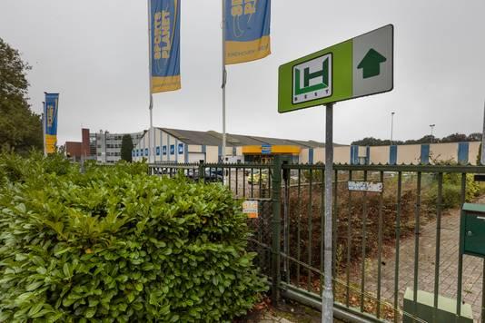 De plek is ook al bekend en aangekocht: de tennisbanen en de sport- en speelhal van SportsPlanet aan De Maas. Die liggen naar het LH Hotel Best, waar ook al arbeidsmigranten worden gehuisvest.