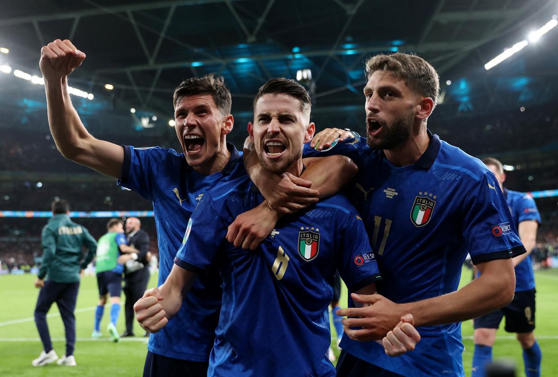 Euforie bij Jorginho en zijn Italiaanse maten, op Wembley. Beeld Pool via REUTERS
