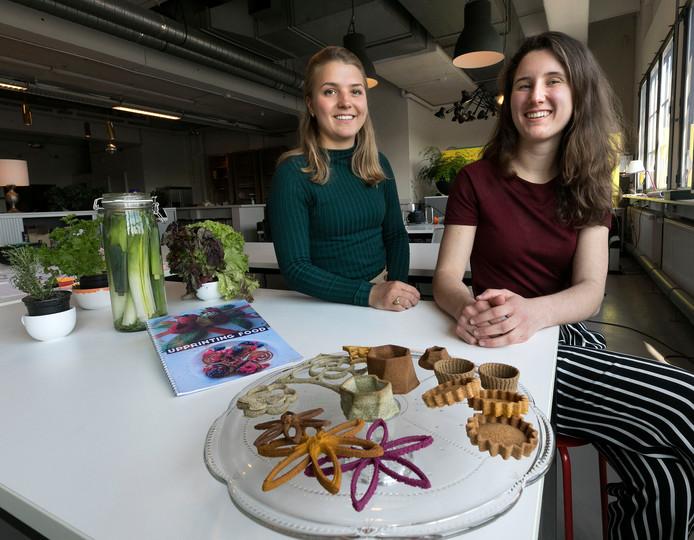Vita Broeken (rechts) en Elzelinde van Doleweerd. Voor hen op tafel de geprinte crackers.