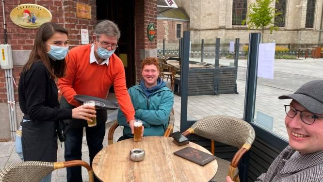 """Meteen volk en pinten op terras café De Eekhoorn: """"Smaakt altijd beter op een terras en in compagnie"""""""