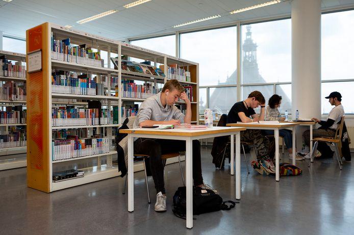 Studiewerkplekken in een bibliotheek.