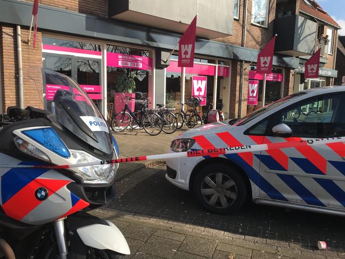 De politie heeft het gebied rond de winkel afgezet