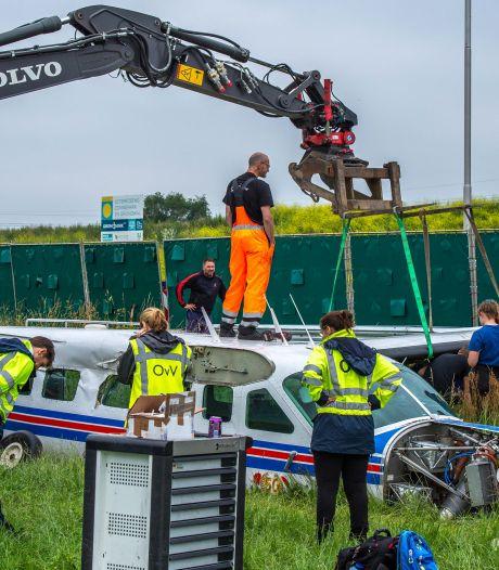 Gecrasht vliegtuig wordt compleet uit elkaar gehaald naast de A50: demontage duurt nog hele avond
