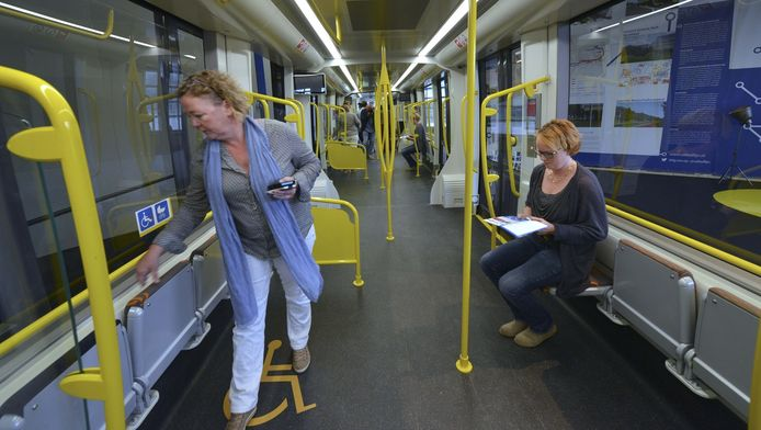 Het interieur van de nieuwe tram. Gehandicaptenorganisatie Solgu heeft forse kritiek op het ontwerp.