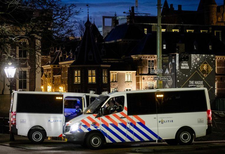 De ME staat paraat bij het Binnenhof als voorzorgmaatregel.  Beeld ANP