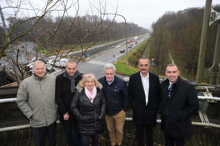 Enkele burgemeesters van de gemeenten die vragende partij zijn voor een overkapping van de Brusselse ring tussen Waterloo en Wezembeek-Oppem.