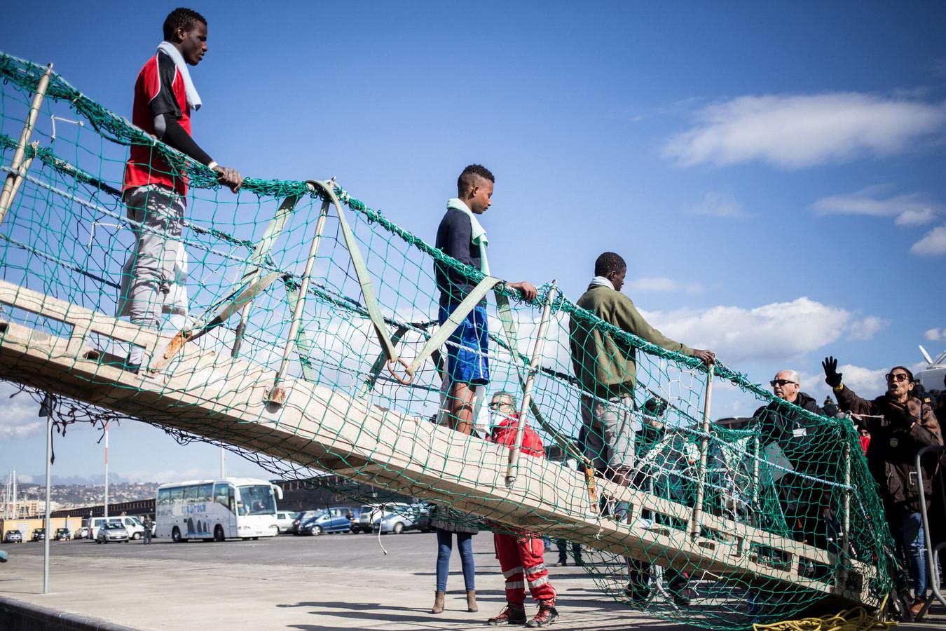 De migranten mogen van boord.