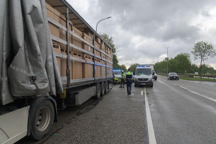 Illustratie: De transmigranten werden in de volgestouwde laadruimtes van vrachtwagens gestopt. Soms wisten ze niet eens zeker of de bewuste vrachtwagens wel onderweg waren naar het Verenigd Koninkrijk.