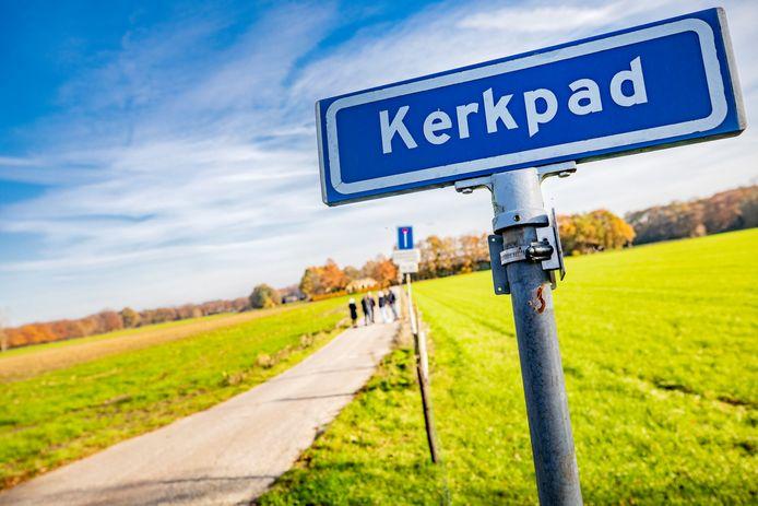 Het Kerkpad in Zutphen. Wandelaars willen er van de natuur kunnen blijven genieten, aanwonenden willen een privéweg om niet langer gehinderd te worden door passanten. De gemeente Zutphen gaat voor een tussenweg.