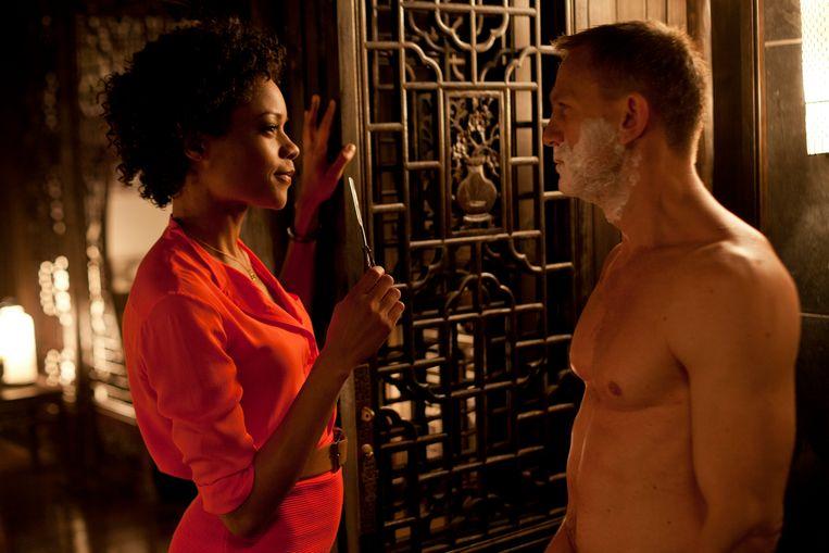 Naomie Harris als Eve Moneypenny in 'Skyfall' (2012): niet meer de onbeduidende secretaresse, maar een professionele medewerkster en onafhankelijke vrouw. Beeld rv